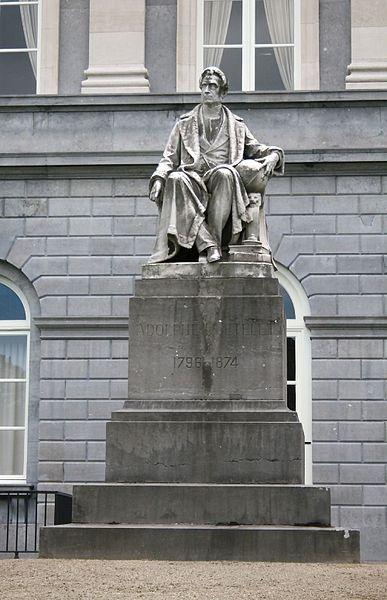 """Standbeeld van Adolphe Quetelet in de tuin van de """"Académie royale des Sciences, des Lettres et des Beaux-arts de Belgique"""" te Brussel. (Copyright """"Klever"""" commons.wikimedia.org)"""