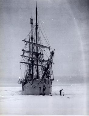 """L'expédition """"Belgica"""" en Antarctique (photo aux environs de 1900): le """"Belgica"""" pris dans les glaces du Pôle."""