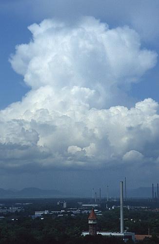 Dans le cumulonimbus, le sommet commence peu à peu à se diffuser suite à la formation de glace.
