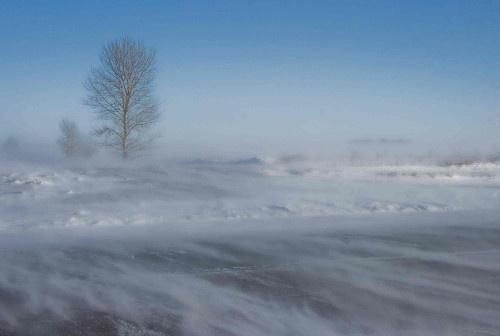 De wind doet een bestaande sneeuwlaag driften.