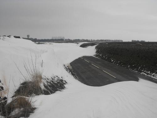 De wind kan enorme sneeuwophopingen veroorzaken, soms in de vorm van duinen.