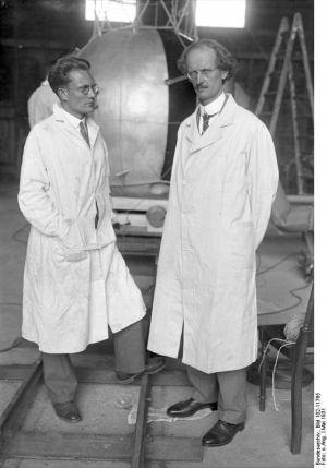 Paul Piccard met zijn assistent Paul Kipfer (1905-1980)