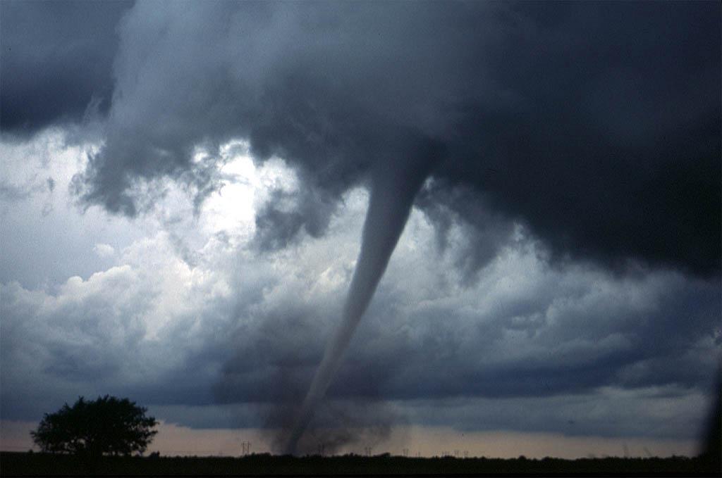 De trechtervormige slurf strekt zich hier uit van de wolk tot aan grond zodat er duidelijk sprake is