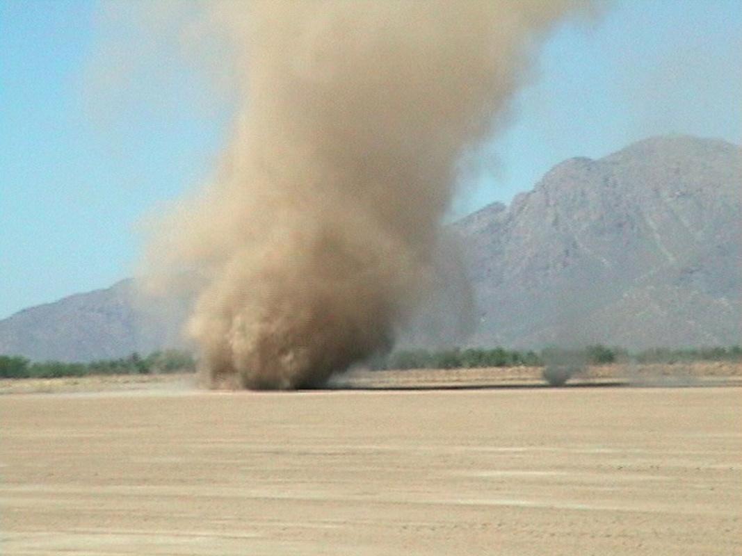Een dust devil in Arizona (bron NASA).