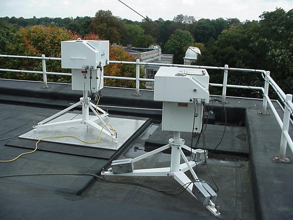 Les deux Brewer spectrophotomètres sur le toit de l'IRM à Uccle.