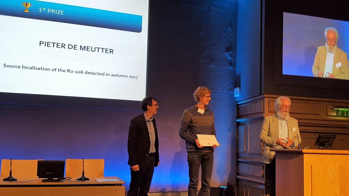 Pieter De Meutter reçoit le prix des mains du Dr Wolfgang Raskob (KIT, à droite) et du Dr Thierry Schneider (CEPN, à gauche).