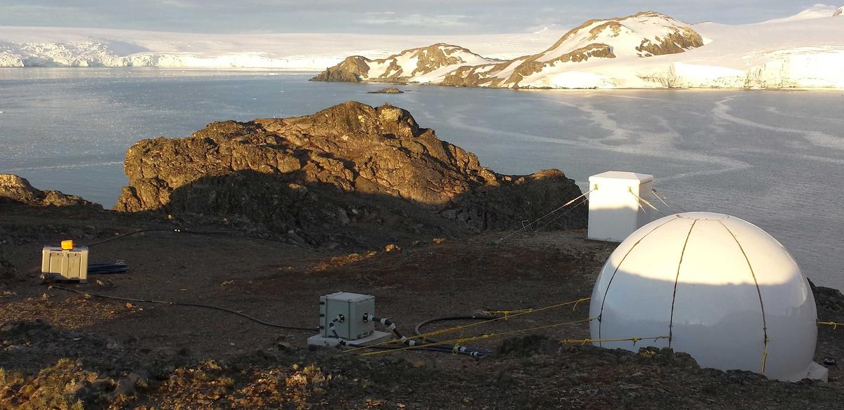 Figuur B. Het magnetisch observatorium op het Livingston-eiland. De GYRODIF zal geplaatst worden in de antennekoepel op de voorgrond.