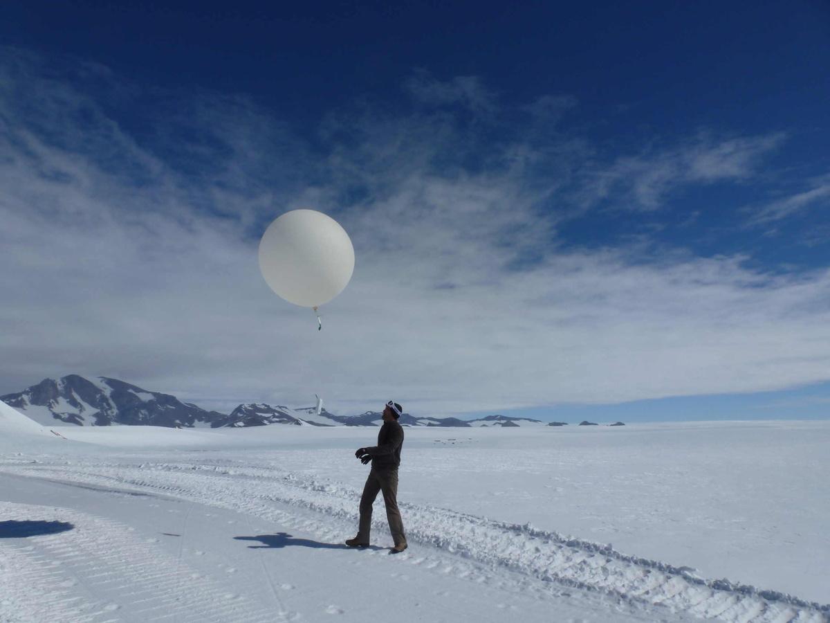 Lancement d'un ballon-sonde.
