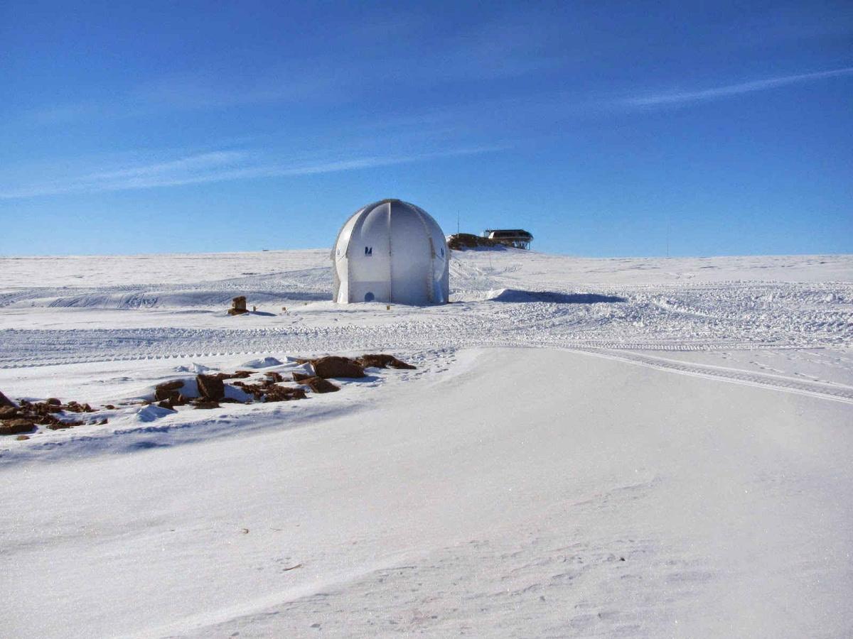 Le nouvel observatoire magnétique de l'IRM, installé dans un radôme à quelques centaines de mètres de la station Princess Elizabeth, au pied du mont Utsteinen.