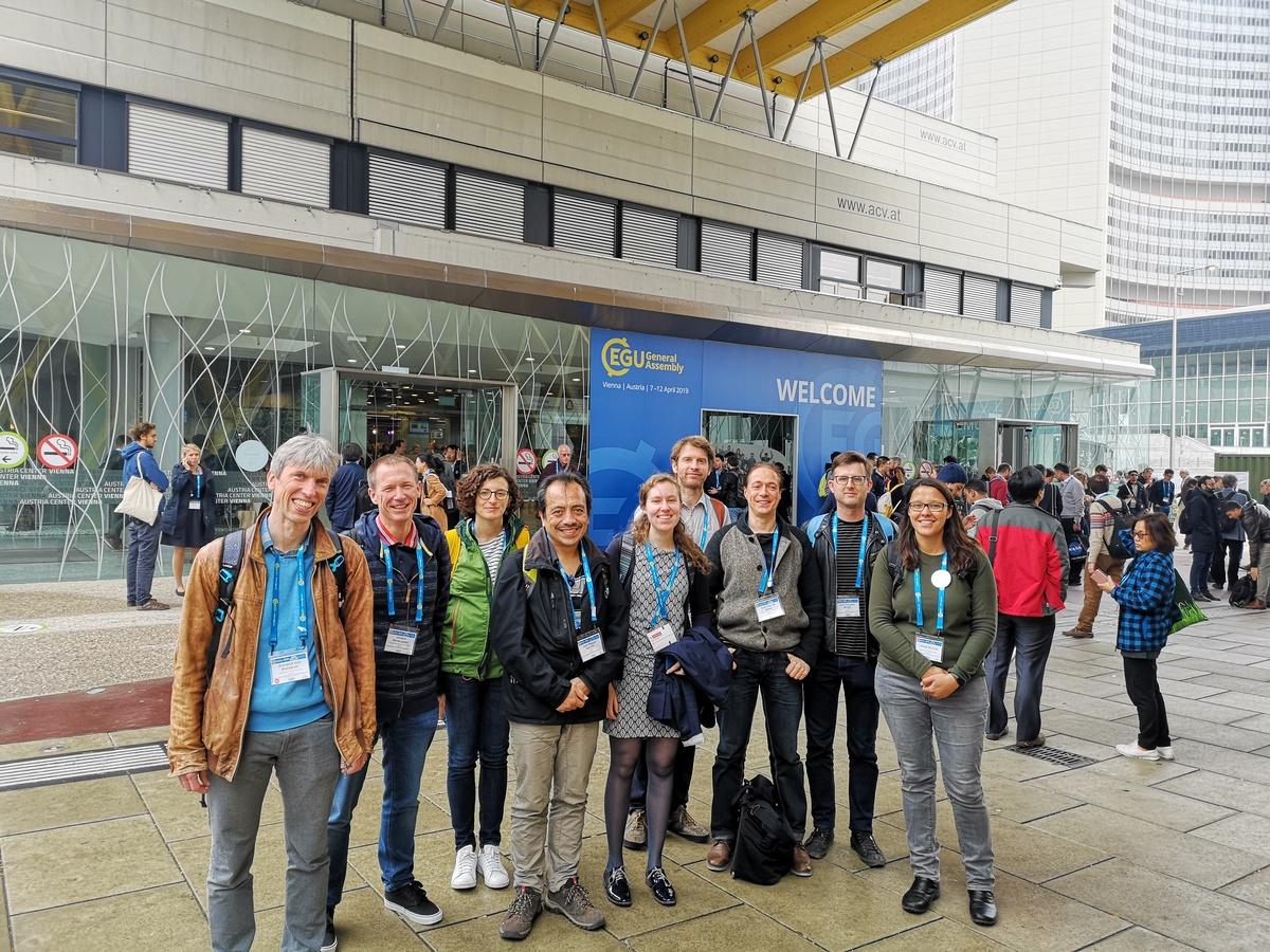 Een deel van de wetenschappers van het KMI op de EGU General Assembly 2019.