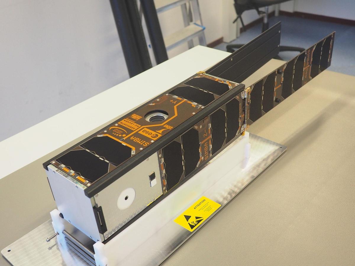 De afgewerkte satelliet met open zonnepanelen zoals hij er in de ruimte zal uitzien. Alleen de antennes zitten nog opgeborgen.