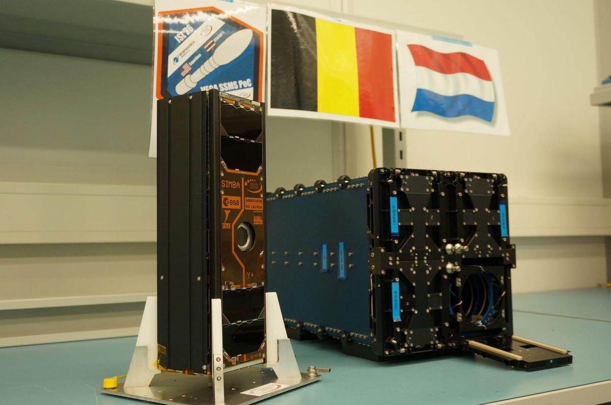 SIMBA testé et prêt pour le lancement. A droite, le container de lancement des satellites. Une des quatre portes est ouverte afin d'accueillir SIMBA.