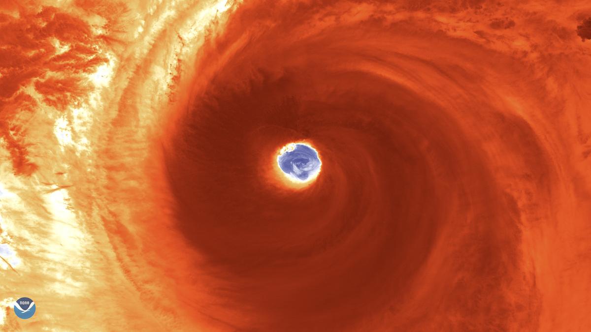 Het oog van de cycloon getrokken door de polaire NOAA-20 satelliet.