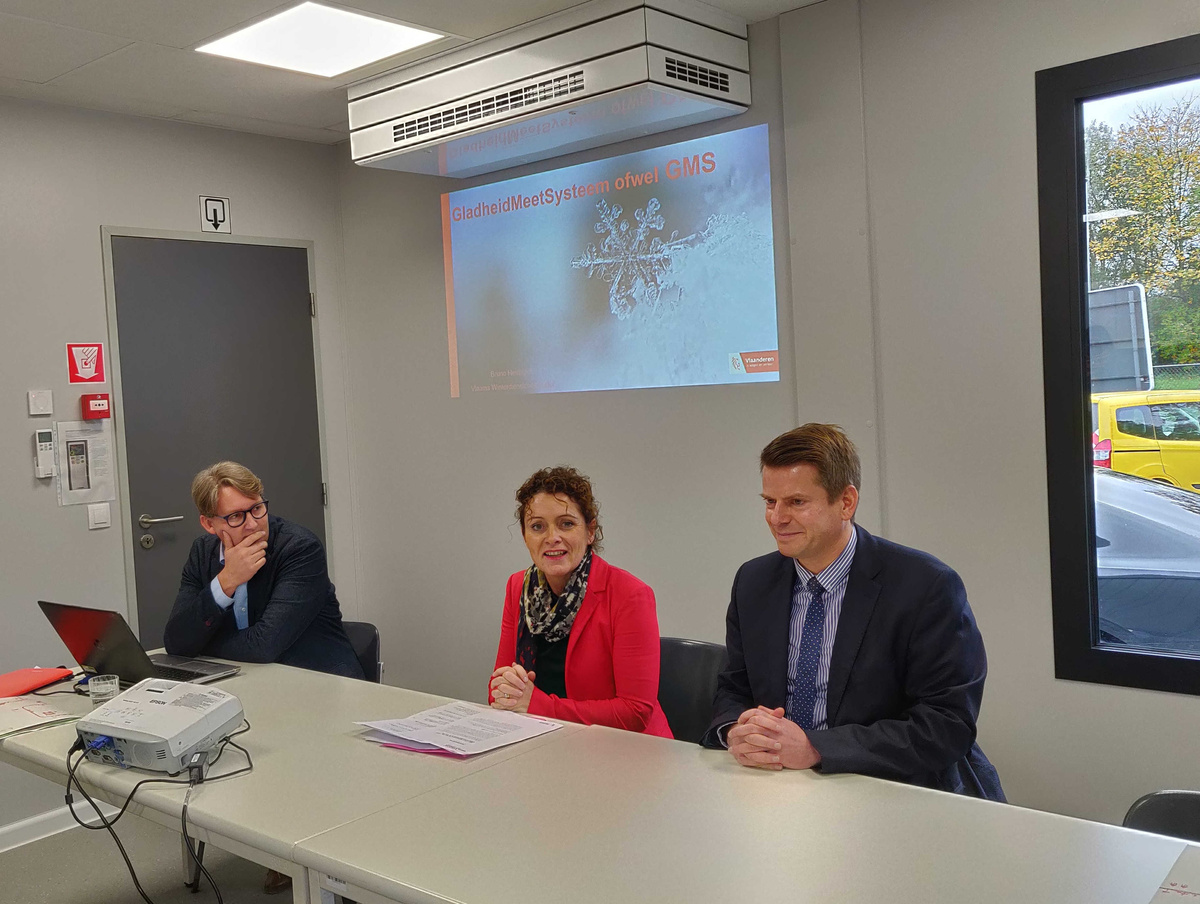 Van links naar rechts: Bruno Heirbrant, winterdienstcoördinator bij AWV, Vlaams Minister van Mobiliteit en Openbare Werken Lydia Peeters en David Dehenauw hoofd van het weerbureau van het KMI.