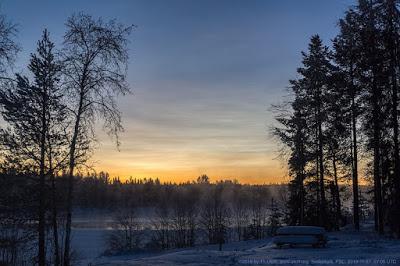 Photo de nuages nacrés au-dessus de Sodankylä (Laponie, Finlande) le 27 novembre 2019 (photo de Thomas Ulich). Parce que les cristaux de glace dans ce type de nuages sont si petits, la réflexion du crépuscule du soleil produit de belles scènes aux couleurs arc-en-ciel.