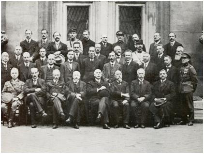De deelnemers aan de Internationale Meteorologische Conferentie gehouden te Parijs in 1919. Jules Jaumotte staat uiterst rechts in Belgisch militair uniform met zijn onderscheidingen. Fernand Jacobs bevindt zich in de derde rij, tweede rechts.