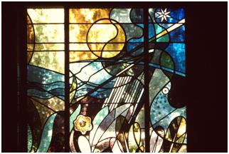 Un vitrail, placé au premier étage, est orné de motifs liés à la météorologie et au rayonnement