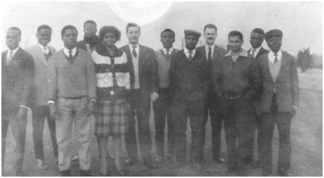 De groep wetenschappers in Dourbes in 1963 van de workshop over de waarnemingstechnieken van het magneetveld. Van links naar rechts gezien: André De Vuyst op de zesde plaats en rekenaar Guy Simon op de negende plaats.