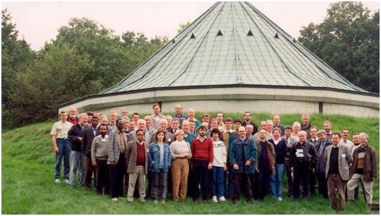 De deelnemers aan de Zesde Workshop van Geomagnetische Observatoria voor het paviljoen van de variometers te Dourbes in september 1994.
