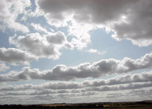 Cumuluswolken zijn een gevolg van convectie. Wanneer er behoorlijk wat wind staat, kunnen deze wolke
