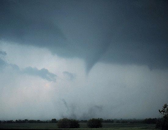 Op deze foto's (bron NOAA) is er ook sprake van een tornado. De stofwolk, die een zeer goede indicat